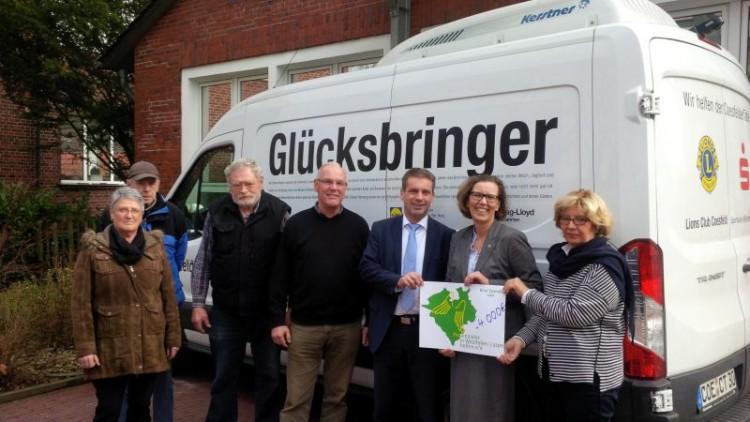 Frau Sonnenschein (Vorsitzende der Tafel, re. im Bild) nahm von Rainer Brake (Provinzial Geschäftsstelle aus Coesfeld, 3.von re.) und Dr. Katrin Peitz (Provinzialer in Westfalen-Lippe helfen e.V., 2.von re.) die Spende von 4.000 € entgegen.